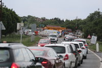 Kamion uvázl ve výkopu, zablokoval Českobrodskou ulici: Autobusové linky jezdí oklikou