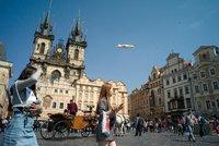 Největší vzducholoď světa nad Staromákem! Létající obr přistál v Praze