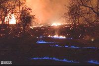 Podívaná jako z pekla: Havajské ulice hoří kvůli lávě modrými plameny