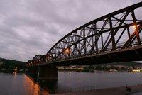 Osud železničního mostu na Výtoni se možná změní. Oprava Praze nestačí!