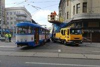 """Tramvaj """"vzala"""" zatáčku smykem! Dopravní podnik zkoumá, jak mohla souprava vykolejit"""