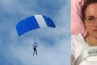Vicky zázrakem přežila pád z 1200 metrů. Manžel jí schválně poškodil padák