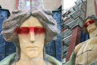 Domaloval jí brýle! Vandal poškodil sochu před muzeem v Hradci Králové