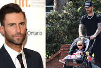 Hezoun a poctivý taťka Adam Levine na procházce se svou dcerou! Tlačil kočár a popíjel kávu!