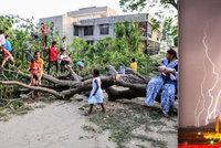 Při silných bouřkách zemřelo na 50 lidí. Zabily je blesky i popadané domy