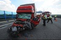 Lochkovský tunel směrem na Plzeň byl dvě hodiny neprůjezdný: Řidička kamionu při nehodě zemřela