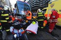 Tramvaj na Národní třídě srazila důchodkyni! Hasiči ji vyprostili, MHD jezdila odklonem