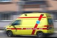 Jeden mrtvý a čtyři zranění. U pardubického letiště došlo k čelní srážce aut