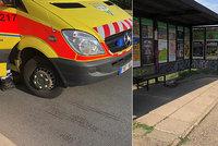 Hororový pohled: Na zastávce v Průmyslové ulici ležel zakrvácený muž. Srazil ho autobus a odjel