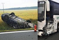 Autobus odpálil po srážce auto na střechu: Řidič osobáku skončil v nemocnici