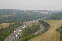 Nehoda u Rohlenky zablokovala dálnici u Brna ve směru na Prahu: Srazila se dvě auta
