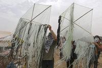 Nová zbraň Palestinců: Zapálení létající draci. Izraelci se nechytají ani s drony