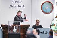 Porcelán za stovky milionů! V Paříži dražili 300 let starou čínskou vázu