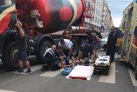 Vážná nehoda ve Veletržní: Nákladní auto srazilo chodkyni! Ulice je neprůjezdná