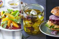 Domácí hamburger, salát z pomerančů a feta po řecku: 3 recepty, které musíte zkusit