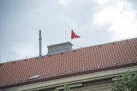 Vzkříšení rudých trenýrek z Hradu: Zbrusu nové visí na střeše domu v Holešovicích