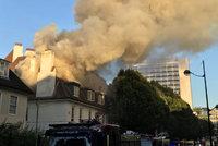 Velký požár restaurace v centru Londýna: Zasahují desítky hasičů