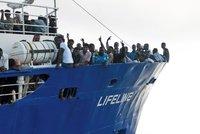 Francie přijala první migranty z lodi Lifeline. Z Malty přiletěli do Paříže
