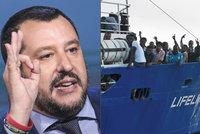 Italové dál odmítají migranty z lodi Lifeline. Otočí se zpět do Libye?