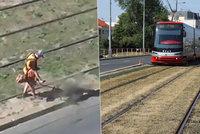 Posměšky Pražanů na sociálních sítích:  Ve Strašnicích sekali trávu (hlínu), žádná tam nebyla!