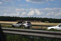 Hořící BMW na D1 před Prahou zastavilo provoz: Řidiči stojí v dlouhé koloně