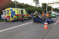 Převrátil vůz na střechu: Ranní nehoda zkomplikovala dopravu na Jižní spojce