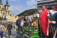 VIDEO: Holé zadky na pivním kole v centru Prahy: Kam až turisté během pařby zajdou?