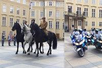 VIDEO: Davy šílely, vojáci se potili. Na Pražském hradě se konala přehlídka ozbrojených sil