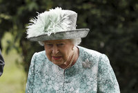 Alžběta II. ukázala bolestivý »doplněk«  Na holeni se královně ... 26bf6a1292