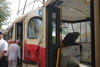 """U """"Karláku"""" se srazily dvě tramvaje. 23 zraněných, krev, kouř a panika!"""