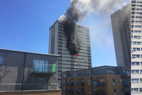 Velký požár v Londýně: Hořel 22patrový obytný dům. Hasit se muselo z výškových plošin