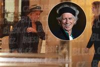 Keith Richards ladí formu před koncertem: Do Prahy přivezl manželku Patti i se psem