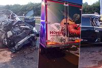 Tragédie kousek od KVIFF: Řidič (†26) zapasoval luxusní vůz pod kamion. Střet nepřežil
