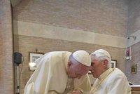 Papežové v objetí: František se setkal s nemocným Benediktem. Bývalá hlava církve je na vozíku