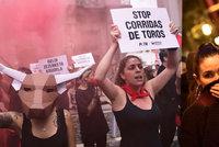 """""""Vlčí smečka"""" znásilnila dívku (18). Býčí slavnosti čelí i protestům feministek"""