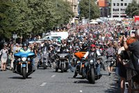 ONLINE: Tisíce harlejářů se rozloučily s Prahou. Oslavy s vůní benzinu završil rodinný den