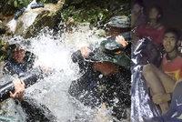 PŘÍMÝ PŘENOS záchranných akcí: Další školáci jsou venku ze zatopené jeskyně