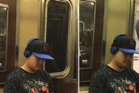 Sebevražedná jízda metrem: Muž nedoběhl metro, tak se zavěsil na dveře!