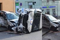 Strážník při bouračce v Plzni zranil holčičku (12) a sluchově postiženou mámu. Soud stíhání pozastavil