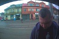 Neznáte ho? Policisté pátrají po muži, který z bankomatu sebral cizí nevyzvednuté peníze