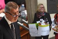 """Koblihy před Sněmovnou a Babišův extra dlouhý projev: Začal s """"pokorou"""", vršil sliby"""
