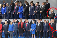 Sedící Zeman se nevešel na bruselské fotky lídrů NATO. Zůstala jen jeho noha