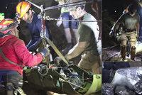 Fantastická práce záchranářů v jeskyni: První záběry, jak vytáhli děti utlumené sedativy