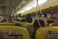 Nouzové přistání letadla Ryanairu: Lidem bylo zle, 33 jich muselo do nemocnice