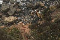 Výlet na Santorini skončil smrtí: Mladý pár se i s buginou zřítil ze skály