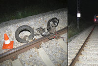 Z motorky zbyla jen hromada plechu! Řidič po střetu s vlakem zemřel