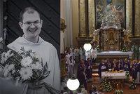 Pohřeb oblíbeného faráře, který se zřítil do rokle: Loučily se s ním stovky věřících