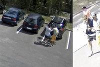 Dva zloději bezostyšně nakráčeli k autu a ukradli jízdní kolo. Oba hledá policie