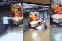 Muže na zatopené ulici popravil elektrický proud: Kolemjdoucí do něj píchal klackem, nikdo nepomohl
