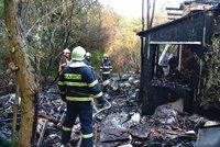 Hasiči se k požáru brodili odpadky: V Řepích hasili opuštěný dům